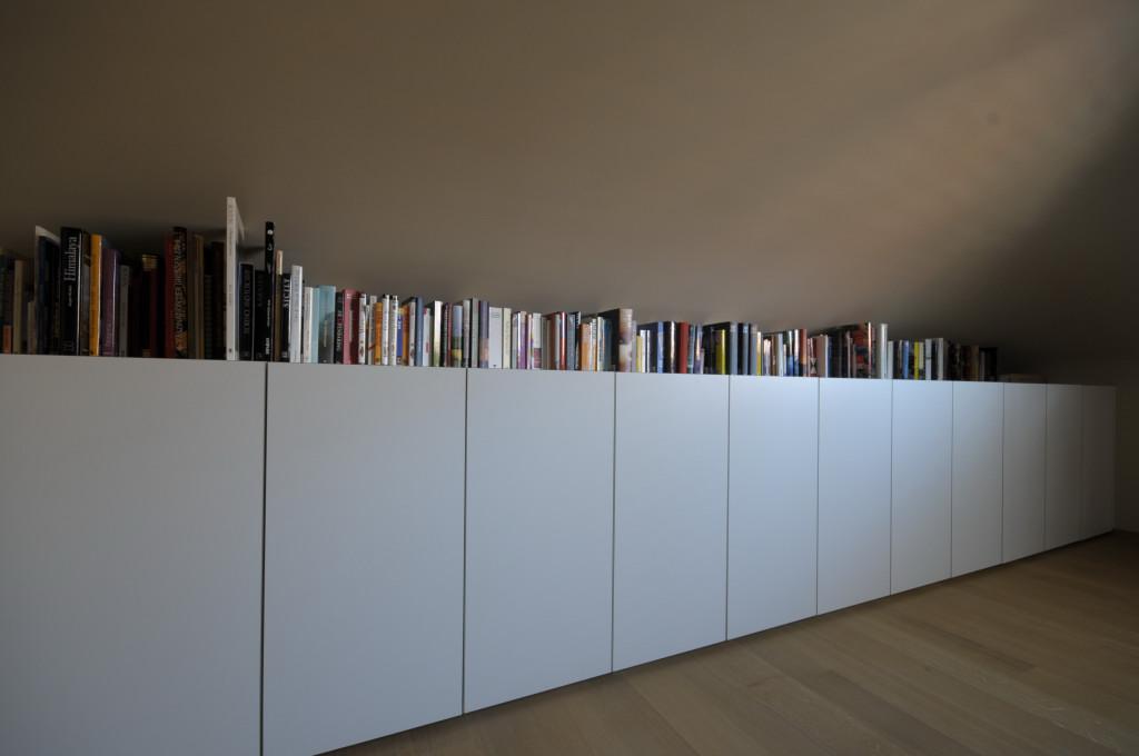 Hoge kast woonkamer wit vitrinekast wit hoogglans nieuw grijze